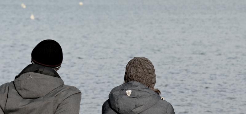Alkohol pårørende - trist par ser ud over vandet